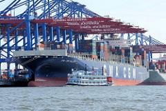 Hamburg Touristen auf einer Hafenrundfahrt mti einem Raddampfer vor dem Containerriesen CMA CGM CALLISTO am HHLA Terminal Burchardkai.