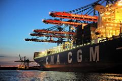 Hafenarbeit in der Nacht - Container Terminal Burchardkai; unter Scheinwerferlicht wird die Containerladung des Frachters  Calisto gelöscht und das Schiff neu beladen.