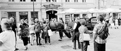 Pferdekutsche für Touristen - Stadtrundfahrt in Tallinn; Fussgängerzone am  Viru Tor. Kutschfahrten durch die Stadt - Tradition oder Tierqälerei?