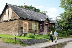Historisches Holzhaus / Wohngebäude in traditioneller baltischer Holzbauweise im Stadtteil Šnipiškės von Vilnius.