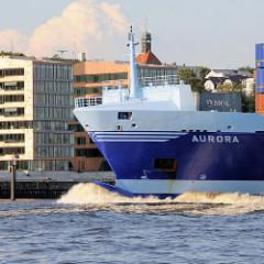 Schiffsbug / Wulstbug des Containerfrachters / Feederschiffs Aurora auf der Elbe in Hamburg - im Hintergrund Bürogebäude in Neumühlen.