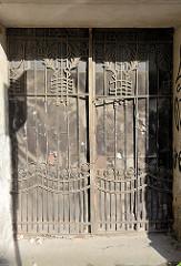 Eisentor / Eisengitter, Doppeltür einer Einfahrt in Vilnius; Blätterkranz als Eisendekor / Jugendstil.