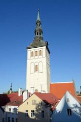 Kirchturm der Nikolaikirche in Tallinn - erbaut um 1420; im  Krieg zerstört - Neuaufbau bis 1984, jetzt Nutzung als Konzertsaal und estnisches Kunstmuseum.