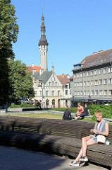 Grünanlage / Park bei der Nikolaikirche - im Hintergrund der Rathausturm vom alten Rathaus in Tallinn.