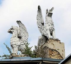 Fabelwesen / geflügeltes Wesen - Greifstatuen als Architekturdekor / Dach in Vilnius.