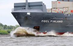 Das 2006 gebaute Frachtschiff OOCL FINLAND in Fahrt auf der Elbe; das 134m lange Schiff hat eine Tragfähigkeit 11360 t.
