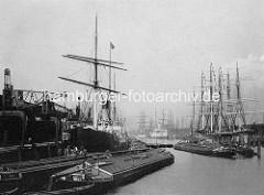 Historische Ansicht vom Hamburger Baakenhafen; Binnenschiffe / Elbkähne und Frachtschiffe ( Dampfer, Segelschiffe) liegen am Kai; re. moderne Halbportalkräne. ( ca. 1895)