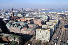 Luftaufnahme von den City Hochhäusern am Klosterwall in der Hamburger Altstadt - im Hintergrund die Binnenalster.  Lks. Teile vom Kontorhausviertel; Sprinkenhof und Altstädter Hof sowie die Jakobikirche.