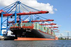 Das Containerschiff ZIM TIANJIN wird am Containerterminal Burchardkai abgefertigt - der 349 m lange und 45m breite Frachter ist 2009 gebaut, hat bei einer Tragfähigkeit von 116400 t eine Geschwindigkeit von 25,8 kn.