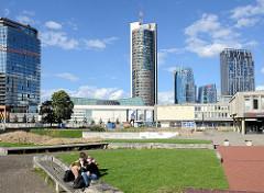 Platz beim Einkaufszentrum an der Upės g.  im Stadtteil  Šnipiškės in Vilnius; im Hintergrund Hochhäuser, Bürotürme - in der Mitte der Europa Tower.