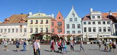Historische Häuserzeile am Rathausplatz / Raekoja plats von Tallinn.
