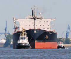 Das Massengutschiff PETKA wird mit Schlepperunterstützung aus dem Hamburger Hafen geschleppt. Der Frachter hat eine Länge von 255 m und eine Breite von 14,3 m.
