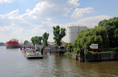 Tanklager - Öltanks im Petroleumhafen / Tankschiffhafen Hamburg Waltershof; der Tanker Bow Fagus und das Tankschiff Dettmer Tank 47 werden über Pipelines entladen.