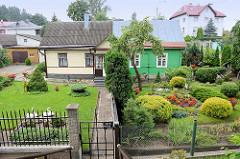 Holzhaus / Doppelhaus mit unterschiedlicher Fassadengestaltung - Vorgarten; Rasų g in Vilnius.
