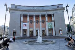 Gebäude vom Kino Sõprus / Freundschaft in der Altstadt von Tallinn - es wurde 1955 fertiggestellt; Architekten Friedrich Wendach,  Ilmar Laas, Peeter Tarvas und August Volberg - Vorplstz mit Springbrunnen und Bänken.