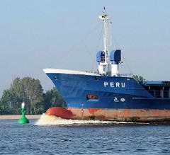 Wulstbug des Container Feeder PERU auf der Elbe bei Hamburg. Die moderne Form des Schiffsbugs verringert den Wasserwiderstand der Schiffe bis zu 10 %.