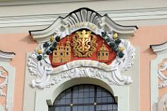 Vergoldete Kirchendarstellung / Wappen - Fassade der St. Katharinenkirche in Vilius.