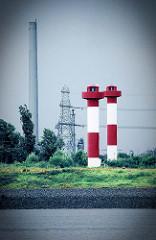 Blick auf die Leuchtfeuer in Hamburg Altenwerder / Süderelbe, Köhlbrand - Schornstein vom Gasturbinenwerk in Hamburg  Moorburg. Das mit Heizöl befeuerte Kraftwerk wurde 2009 stillgelegt und demontiert.