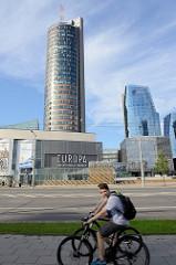 Europa Tower und Verwaltungsgebäude der Verwaltungsgebäude an der Konstitucijos in Vilnius; lks. das Europa Einkaufszentrum - Fahrradfahrer.