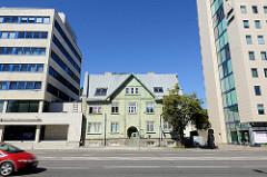 Wohnhaus in Holzbauweise / Holzfassade - Steinfundament; eingezwängt zwischen mehrstöckige Verwaltungsgebäude - alt + neu in der Straße Liivalaia in Tallinn.