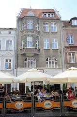 Altstadt von Olsztyn - Wohnhaus mit Erker, Straßencafé.