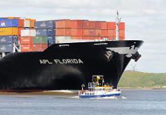 Bug des Containerschiffs APL FLORIDA - ein Motorboot überholt das riesige Containerschiff.