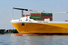 Schiffsbug mit Ladebaum des RoRo Schiffs GRANDE CAMERON. RoRo-Schiffe (von engl. Roll on Roll off) sind moderne Transportschiffe, welche bewegliche Güter im RoRo-Verfahren transportieren.