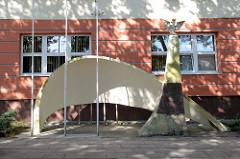 Betonschale, Schutz eines Fahrradständers - Obelisk mit polnischem Adler, Amtsgericht Olsztyn.
