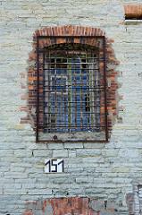 Fassade mit vergittertem  Zellenfenster - Festung Patarei in Tallinn. Wasserfestung, erbaut 1840; ab 1918 Gefängnis bis 2002.