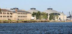 Blick über die Ostsee zur ehem. Seefestung Patarei  und re. dem Schifffahrtsmuseum von Tallinn.