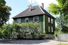 Kubisches Wohnhaus mit Holzfassade und Dach aus Wellplatten - Straße Ristiku in Tallinn.