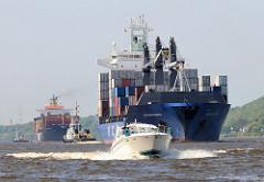 Schiffsverkehr auf der Elbe - Zwei Containerschiffe fahren auf der Elbe Richtung Hamburger Hafen. Eines der grossen Frachtschiffe wird von einem schnellen Sportboot überholt.