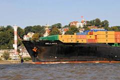 Bug des Containerfrachter BELLAVIA vor Hamburg Blankenese - im Hintergrund der Leuchtturm am Elbufer und der Süllberg. Die BELLAVIA wurde 2005 gebaut und hat bei 294 m Länge eine Tragfähigkeit von 66 000 Tonnen.