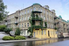 Gründerzeit-Architektur in Vilnius; Etagenhäuser, Blockbebauung / Eckgebäude, teilweise mit Kletterpflanzen bewachsen - Mindaugo g.; lks. das