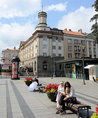 Platz mit Ruhebänken in der Sonne - imposante Architektur am Gedimino Prospekt in Vilnius.