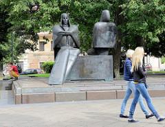Denkmal, Bronzestatue Die Schwestern;  Sofia Ivanauskaite-Pschibiliauskiene (1867-1926) und Marija Ivanauskaite-Lastauskiene (1872-1957) / gemeinsames Pseudonym Lazdynu peleda - errichtet 1995, Bildhauer Daliutė Ona Matulaitė.