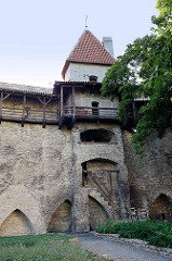 Wehrgang und Wehrturm der Tallinner Stadtmauer.