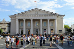 Rathaus Vilnius - Rathausplatz mit Touristengruppe.