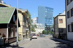 Wohnhäuser in unterschiedlicher Bauform in der Tallinner Straße Tatari, Blick auf das moderne Apartment Hochaus mit abgeschrägter Fassade  in der Liivalaia.