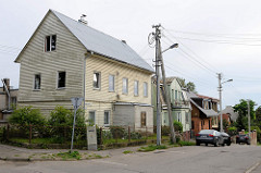 Einstöckiges Holzhaus mit Dachausbau / Satteldach - Wohnhäuser in der Straße Benediktinių in Kaunas.