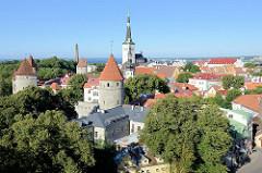 Blick vom Domberg auf die Stadtbefestigung / Wehrtürme der Unterstadt in Tallinn; in der Bildmitte der Kirchturm der St. Olafkirche / Olaikirche, Neuaufbau 1834.