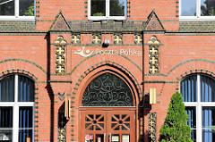 Historisches Ziegelgebäude, Backstein mit glasierten Zierbändern / Elementen - Gebäude der Polnischen Post in Olsztyn.