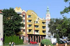 Moderne Jugendstilarchitektur - Neubau in der Feliksa Nowowiejskiego in Olsztyn - im Hintergrund der Neorenaissanceturm vom Neuen Rathaus.