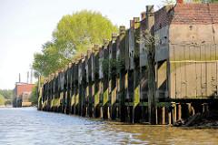 Alte Kaianlage / Melniker Ufer  im Hamburger Moldauhafen bei Niedrigwasser.