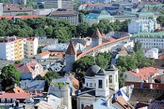 Unterstadt von Tallinn - Dächer der Stadt; Stadtbefestigung mit Wehrtürmen; im Vordergrund Kuppel und Türme der  Kirche des Heiligen Bischofs Nikolaus. Geweiht 1827 - Architekt Luigi Rusca.