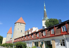 Wohnhäuser an der Stadtmauer von Tallinn - historische Wehrtürme, Kirchturm der  St. Olafkirche / Olaikirche, Neuaufbau 1834.