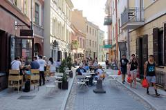 Altstadt von Vilnius - Fussgängerzone Savičiaus; Restaurants und Cafés auf der Straße.