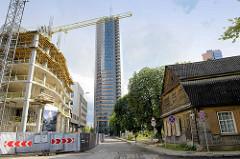 Neu + Alt - ursprüngliches Wohnhaus, traditionelle Holzbauweise / Holzhaus - moderner Hochhausturm / Europa Tower, Rohbau eines Wohngebäudes - Stadtteil Šnipiškės in Vilnius.
