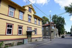 Alte Holzarchitektur in Tallinn - Wohnhäuser mit Holzfassade, teilw. farbig dekoriert; Straße Timuti