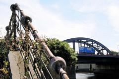 Altes originales Eisengeländer, Treppenaufgang am Oberhafenkanal / Billhafen in Hamburg Rothenburgsort; im Hintergrund die Billhorner Brückenstraße.